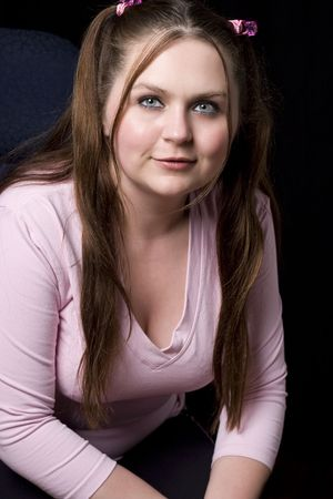 Mollig meisje in het roze shirt glimlachende Stockfoto