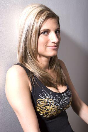 Portret van een dertig iets vrouwen leunend muur met rocker stijl