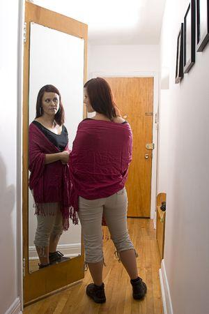 Jonge vrouw voor spiegel