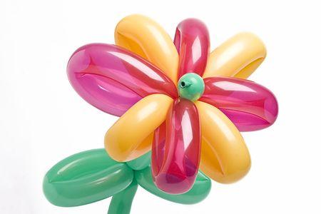 Ballon bloem met ballon voor bloemblaadjes van roze en gele en groene ballon voor stammen en laat