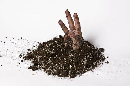 vrouwen hand die zich uitstrekt van de aarde