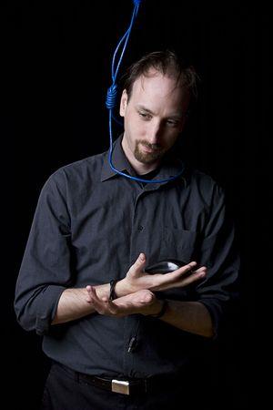 ahorcado: T�cnico de computadoras con las manos atadas y verdugo noeuce hecho con cable de red azul alrededor de su cuello Foto de archivo