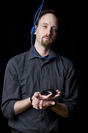 ahorcado: T�cnico de computadoras con las manos atadas y noeuce ahorcado con un cable de red azul alrededor de su cuello