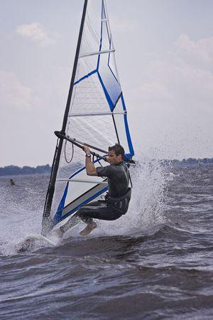 Windsurfer het opstarten van een nieuwe truc in het water Stockfoto