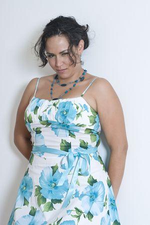twintig iets latino vrouwen, leunend tegen een muur, waardoor een gemiddelde look