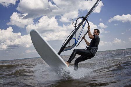 Windsurfer bezig met een truc te breken in het water
