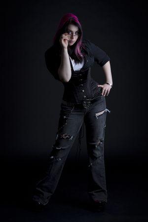 Fille Goth avec des cheveux rose et corps perçage tenant ses lunettes