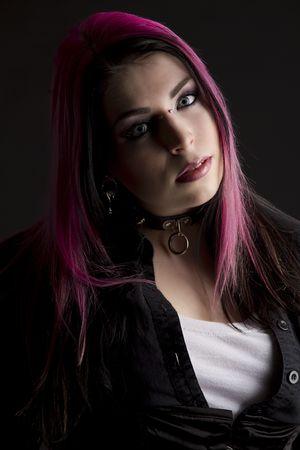 Fille Goth avec des cheveux rose et perçage corporel