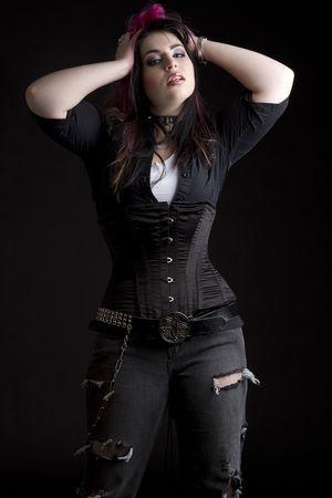 Fille Goth avec des cheveux rose et corps perçage tenant ses cheveux noir et Rose Banque d'images