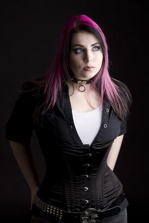 Fille de Goth aux cheveux Rose et perçage corporel Banque d'images