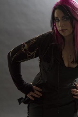Goth girl avec des cheveux Rose et perçage corporel Banque d'images