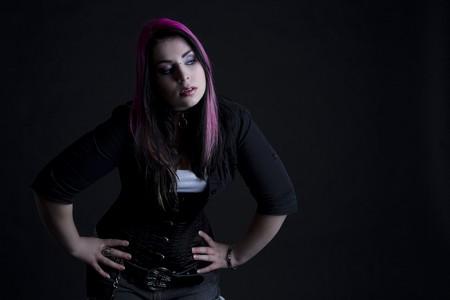 Fille Goth avec des cheveux rose et perçage corporel Banque d'images