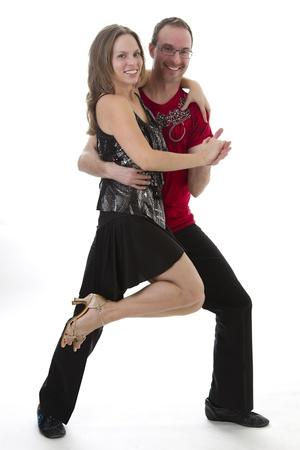 Salsa danser in het midden van een pose tegen een witte achtergrond