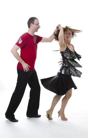 paar dansende salsa in het midden van een pose