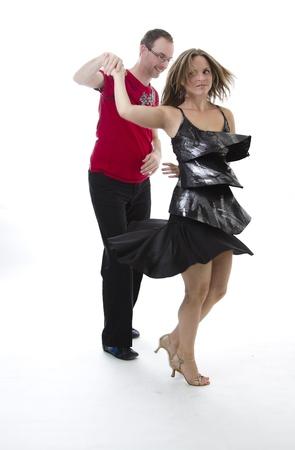 bailes de salsa: pareja de baile de salsa en el centro de una pose Foto de archivo