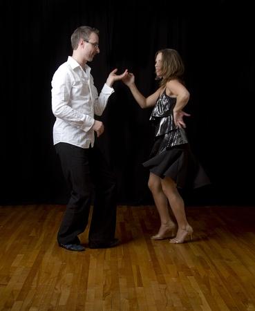 포즈의 중간에 몇 춤 살사