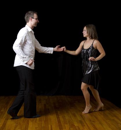 bailando salsa: Pareja bailando salsa en medio de una pose