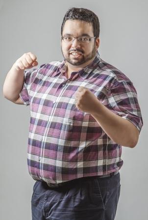 regordete: Hombre joven con el pu�o listo para luchar
