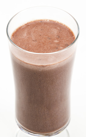 Chocolade milkshake tegen een witte achtergrond Stockfoto