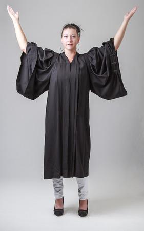 predicador: treinta algo mujer, vestido con una t�nica predicador, con los brazos en el aire