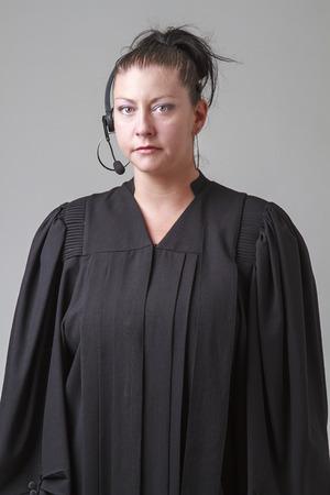 predicador: treinta algo mujer, vestido con una t�nica predicador y auricular de tel�fono
