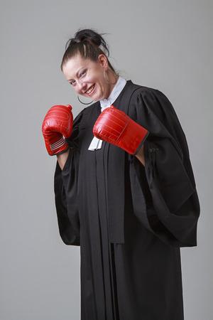 toga: Mujer de unos treinta a�os vistiendo una toga abogado canadiense, golpeando de nuevo el pu�o para golpear Foto de archivo