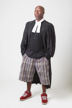 toga: african hombres calvas americanas con pantalones cortos y zapatillas de deporte con una toga abogado