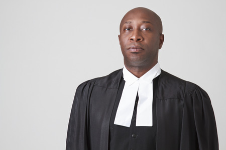 toga: Hombre negro calvo llevaba una toga judicial
