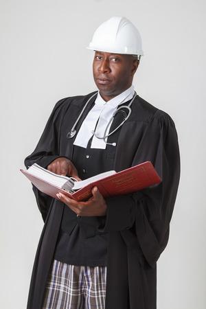 toga: Los hombres con sombrero de duro, el estetoscopio en una toga abogado sostiene un libro rojo ley