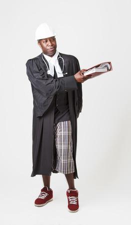 toga: calvo negro que llevaba una toga abogado, casco y un estetoscopio, pasando aa libro ley rojos