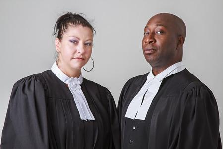toga: mujer caucasion y el hombre negro que llevaba la toga abogado canadiense Foto de archivo