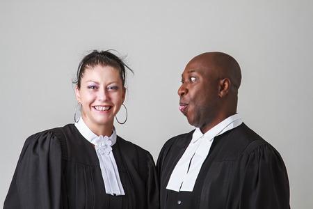 toga: Hombre negro calvo que hace una cara con una mujer, ambos vistiendo toga abogado canadiense Foto de archivo