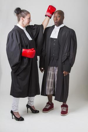toga: Mujer golpear a un hombre en la cabeza, ambos vistiendo abogados canadienses toga
