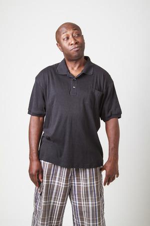 uomini di colore: calvo uomini neri in suo quaranta, cercando di alto a destra con meditando expresison