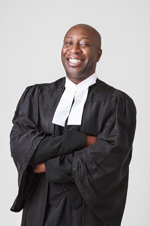 toga: hombres negros calvas en sus cuarenta con gran sonrisa vistiendo una toga abogado canadiense