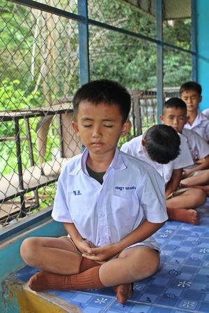 ウドンタニ、タイ – 5月 16, 2018: 学生, 集中力を訓練するために座って, 仏教の道徳, 彼らは午後に勉強する前に毎日行います.