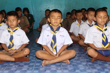 """ウドンタニ、タイ""""7月5、2018:学生は、彼らが午後に勉強する前に毎日行う、仏教の道徳である、集中を訓練するために座っています。"""
