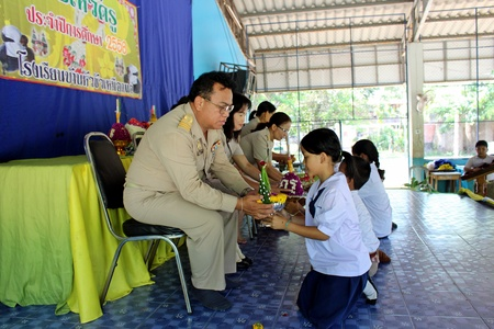 UDONTHANI, THAILAND – JUNE 14, 2018 :  Asian students are taking the decorate pedestal tray to their teacher, be the activity in TEACHER DAY,  at BAN HUA KUA MUEAD AE school. Editorial