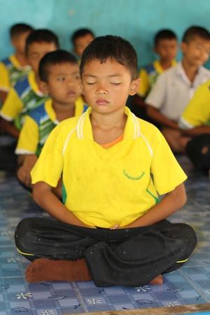 """ウドンタニ、タイ""""7月9、2018:学生は、彼らが午後に勉強する前に毎日行う、仏教の道徳である、集中を訓練するために座っています。"""