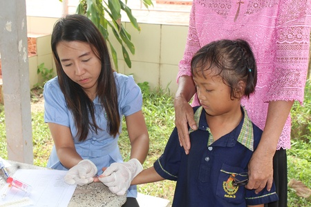 UDONTHANI, THAILAND – SEPTEMBER 18, 2018:  The doctor is taking blood from primary student,  be type one for check her health,  see her at BAN HUA KUA MUEAD AE school. Editorial