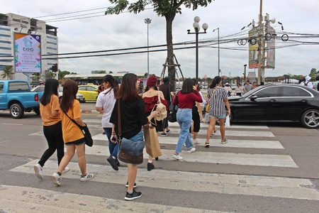 NONTHABURI, THAILAND – OCTOBER 14, 2018:  Thai people are walking to cross the street at MUANG-THONG-THANI,  be area that the traffic is crowded in NONTHABURI province THAILAND. 스톡 콘텐츠 - 110320887