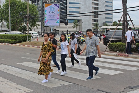 NONTHABURI, THAILAND – OCTOBER 14, 2018:  Thai people are walking to cross the street at MUANG-THONG-THANI,  be area that the traffic is crowded in NONTHABURI province THAILAND. Éditoriale