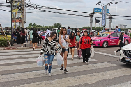 NONTHABURI, THAILAND – OCTOBER 14, 2018:  Thai people are walking to cross the street at MUANG-THONG-THANI,  be area that the traffic is crowded in NONTHABURI province THAILAND. 스톡 콘텐츠 - 110320894