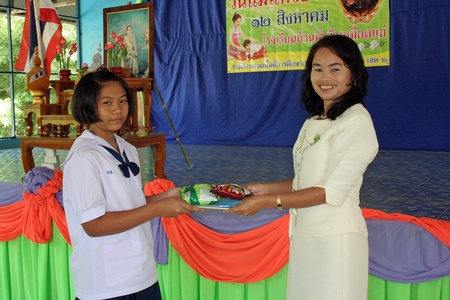 UDONTHANI, THAILAND – MARCH 22, 2018 :  Asian student is taking reward,  after that she has shown the capability for see,  see her at BAN NONG WANG NON KHI LEK school.
