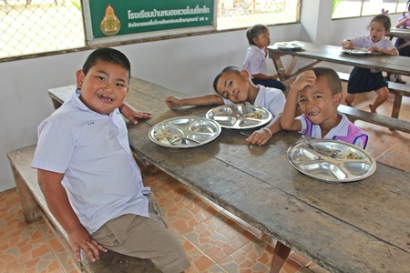 UDONTHANI, THAILAND – JANUARY 31, 2019:  Lunch time,  Thai students are enjoy in lunch time at their school,  see them at BAN NONG WANG NON KHI LEK school. Редакционное
