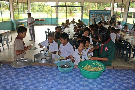 UDONTHANI, THAILAND – OCTOBER 1, 2019 :  Asian students,  students take food from their senior in lunch time,  at BAN NONG WANG NON KHI LEK school. 에디토리얼