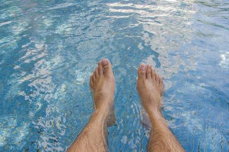 piernas hombre: Piernas del hombre en la swimingpool