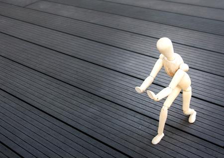 model pose: modelo de madera pose Tai chi para el concepto del ejercicio en el piso