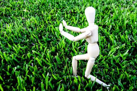 model pose: modelo de madera pose Tai ji por concepto de ejercicio en el piso