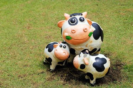 bandera panama: cerrar estatua vaca sonrisa con cemento decoraci�n al aire libre Foto de archivo